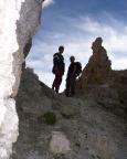 Viele Höhenmeter müssen durch schuttiges Gelände abgestiegen werden