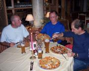 Siegerbier und leckere Pizza in der Pizzeria in Sexten Moos
