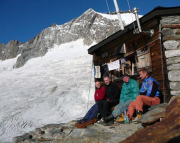 Das Mittelaletschbiwak ist erreicht, im Hintergrund der Gipfel