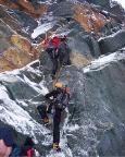 Wechsel vom Gletscher auf den Felssporn - bei Eis nicht ganz ohne