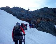 Am Einstieg zum Felsensporn nach dem Gletscher geht das Anstellen los
