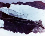 Der Blick nach oben verrät warum - regelmäßig bricht hier Eis und stürzt ins Tal