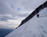 Beim Abstieg auf dem Firnfeld unterhalb des Glocknerleitls