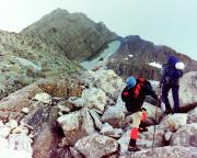 Aufstieg über das Geröllfeld der Nordwestflanke zum Firnfeld