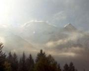 Mont Blanc - im Gegenlicht, vernebelt und mit Schneefahnen am Grat