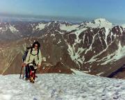 Beim Gipfelanstieg, im Hintergrund rechts die oder der Weißkugel