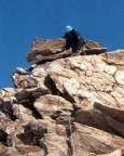 Im Abstieg sichern wir den felsigen Gipfelgrat teilweise