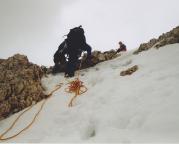 Steffen steigt über den Felsriegel aus, gesichert von Thomas, der ihn solo umgangen war