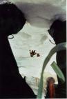 Steffens Foto durch seine Beine vermittelt einen Eindruck der Steilheit der Firnwand