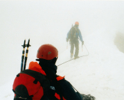 Bei Schneetreiben und Nebel haben wir keine Chance, den richtigen Abstieg zu finden