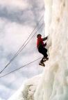 Eisklettern an senkrechter Wand, mit Seil von oben ideal für Anfänger