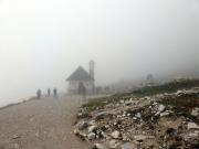 An der Lavaredo-Kapelle unterhalb der Südwände der Drei Zinnen