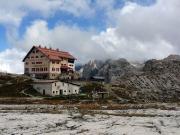 Die Drei-Zinnen-Hütte, aufgenommen vom Lageort des gleichnamigen Geocaches