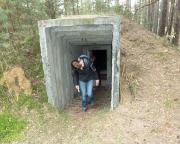Christiane an einem der zahlreichen Bunker auf dem Feldflugplatz Löpten