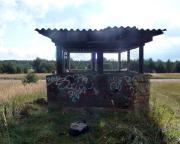 Der kleine Tower eines großen Feldflugplatzes in Löpten