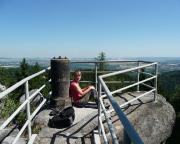 Knoflik - Geocaching im Lausitzer Gebirge - Christine in brütender Hitze auf der Fuchskanzel