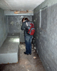 Beklemmend: ohne Fenster, ohne LIcht, ohne Toiltte - eine Einzelzelle im Keller
