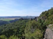 Blick zurück vom Kammweg auf den Schrammsteinen auf die Felsgruppe am Schrammsteintor