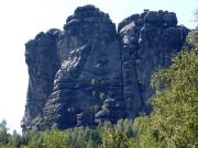Blick in die Ostflanke des Falkensteins, wer genau hinsieht, erkennt Kletterer im Schusterweg