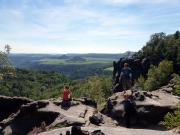 Man erreicht das Schmilkaer Gebiet mach Überqueren der Schrammsteine und hat hier, an der Breiten Kluft, herrliche Ausblicke in das Elbtal nach Tschechien