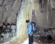 Über die Eisgebilde kann man nur staunen, eine beeindruckende Grotte