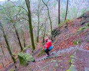 Steile Stufen führen abwärts an den Fuß des Steinbruchs