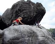 Kathrin auf den letzten Metern zum Gipfelbuch auf dem Falkenstein