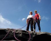 Marion und Marlies stolz nach luftiger Kletterei auf dem Gipfel