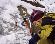Kurzerhand wurde das Seil an einer möglichst seichten Stelle frei kletterns nach oben gebracht