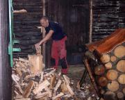 Kein Vergnügen ohne Arbeit – Holz für den Hüttenabend wir gehackt