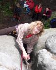 Andrea als Kletterdebütantin mit Wurzelgriff im Ausstieg des Ostrisses