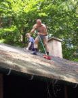 Nein, keine Strafarbeit, weil Tour nicht geschafft – Dachreinigung an der Vereinshütte