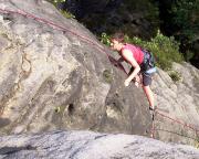 Auch Carola wagt eine Kletterei und erreicht den Gipfel des Rauensteinturms