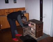 Der gemütliche Abend wird vorbereitet – Anheizen in der Hütte der Abendtürmer