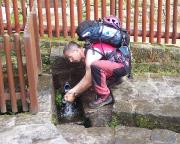 Erfrischung an der Quelle in Schmilka nach einem heißen Tag