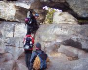 Durchstieg durch das Felsentor auf unserem Weitermarsch auf der Oberen Affensteinpromenade