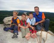 Mit unseren drei Nachwuchskletterern, Johanna, Freddy und Max, auf dem Gipfel des Rabentürmchens