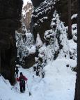 Enge Schluchten im tief verschneiten Winter - unterwegs im Teufelsgrund