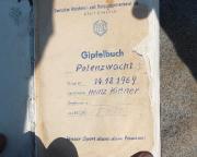 Immer wieder besondere Freude, wenn man ein altes Gipfelbuch findet. Dann weiß man auch, warum der Weg auf den Gipfel anders war :-)