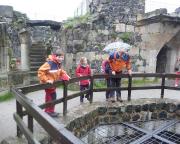Am Burgbrunnen - wie man sieht, haben alle ihren Spaß