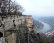 Blick vom Wachtürmchen zum Ausstieg des Abratzkykamins (dunkler Mauerbogen)