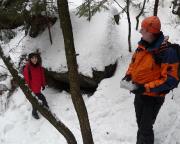 Geocaching an der Gautschgrotte - gar nicht so einfach zu finden, da der GPS-Empfang schlecht ist.