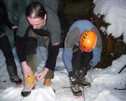 Eisklettern - Schuh- und Steigeisentausch, da nicht jeder die erforderliche technik bei hat