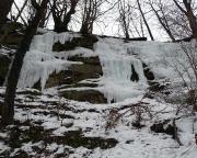 Der linke steile Teil der isfälle unmittelbar (seitlich) gegenüber der Burg Hohnstein
