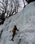 Eisklettern bei Hohnstein - eine andere Seilschaft sichert Fechi, der unser Seil zum Toprope nach oben bringt