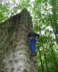 Klettern der anderen Art - auf einen alten Brückenpfeiler beim Geocaching