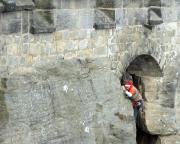 Querung aus dem Mauerbogen in die Wand, dann geht es gerade  hinauf über die Festungsmauer - Achtung - verboten!