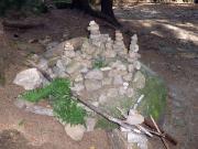 Steinmänner gibt es auch beim Aufstieg zum Falkenstein
