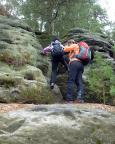 Unterwegs in den Honigsteinen  Immer wieder trifft man auf kürzere, teils anspruchsvolle Kletterpassagen.