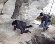 Unterwegs in den Honigsteinen  Susanne und Daniel zeigen Mut beim Durchsteigen einer Kriechpassage